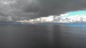 Воздушное сумасшедшее яркое солнечное летание над заливом Балтийского моря - красивый пейзаж неба ландшафта облака природы сток-видео