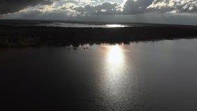 Воздушное сумасшедшее яркое солнечное летание над заливом Балтийского моря - красивый пейзаж неба ландшафта облака природы акции видеоматериалы