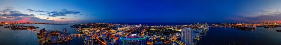 Воздушное сумерк Miami Beach панорамы с неоновым городом освещает Стоковая Фотография RF