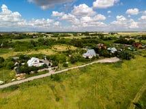 Воздушное фотографирование деревни в средней прокладке России стоковые фотографии rf