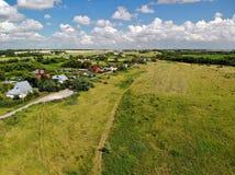 Воздушное фотографирование деревни в средней прокладке России стоковое изображение