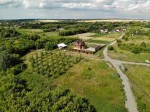 Воздушное фотографирование деревни в средней прокладке России стоковая фотография rf