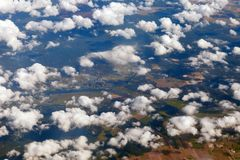 Воздушное фотографирование земли от высоты 10 тысяч метров Облака над землей стоковое фото