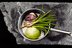 Воздушное фото кастрюльки с овощами на каменном слябе Стоковые Изображения RF