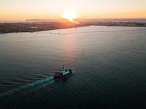 Воздушное фото малого буксира на заходе солнца Стоковые Изображения RF