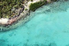 Воздушное фото пляжа с ясным открытым морем стоковые изображения rf