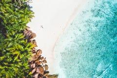Воздушное фото экзотического тропического пляжа с белым песком с молодой женщиной загорая ослаблять Концепция каникул перемещения стоковое фото rf