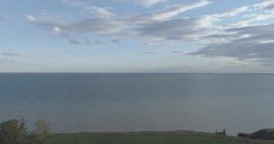 Воздушное hyperlapse захода солнца и облака над трутнем Timelapse морского побережья летают около банка океана Быстрый ход горизо акции видеоматериалы