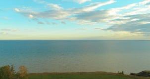 Воздушное hyperlapse захода солнца и облака над трутнем Timelapse морского побережья летают около банка океана Быстрый ход горизо видеоматериал