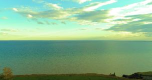 Воздушное hyperlapse захода солнца и облаков над мухой трутня Timelapse морского побережья около банка океана Высокоскоростное го видеоматериал