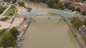 Воздушное 4k - красивый взгляд пешеходного моста Тбилиси от трутня акции видеоматериалы