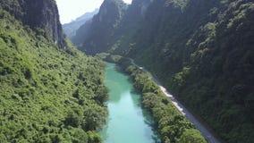 Воздушные голубые река и шоссе на меандре банка в каньоне видеоматериал