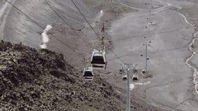 Воздушные кабины подъема едут на кабелях в каменистых горах видеоматериал