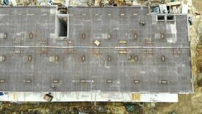 Воздушные краны строительной конструкции и полотенца взгляда сверху в современном городе Здания подъема конструкции высокие видеоматериал