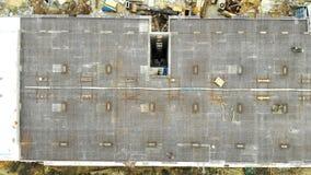 Воздушные краны строительной конструкции и полотенца взгляда сверху в современном городе Здания подъема конструкции высокие сток-видео