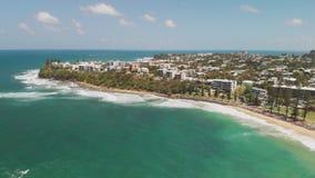 Воздушные панорамные изображения Dicky приставают к берегу, Caloundra, Австралия сток-видео
