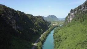 Воздушные река и дорога на параллели меандра банка в каньоне сток-видео
