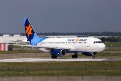 Воздушные судн аэробуса A320-200 авиакомпаний 4X-ABF Israir бежать на взлётно-посадочная дорожка стоковая фотография