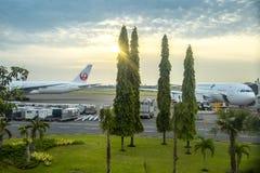 Воздушные судн в аэропорте Ngurah Rai во взлетно-посадочной дорожке аэропорта Бали на времени захода солнца bali Индонесия Январь стоковые изображения rf