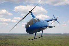 Воздушные судн - голубые небо полета вертолета и предпосылка облаков Стоковое Изображение RF