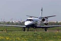 Воздушные судн дела Excel цитации Цессны 560XL воздуха OK-SLX Силезии бежать на взлётно-посадочная дорожка Стоковая Фотография