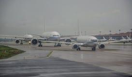 Воздушные судн ждать для того чтобы принять на авиапорт Стоковое Изображение