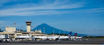 Воздушные судн пассажира выровнялись вверх на стержне на авиапорте Сан-Сальвадор в Центральной Америке Стоковое фото RF