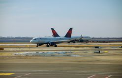 Воздушные судн самолета авиакомпании перепада вверх на отклонении рисбермы ждать на международном аэропорте JFK стоковая фотография rf