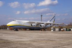Воздушные судн Antonov An-124 Ruslan конструкторского бюро Antonov авиакомпаний UR-82008 Antonov Стоковое Изображение RF