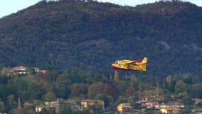 Воздушные судн Firefighting canadair сток-видео