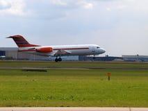 Воздушные судн Fokker 70 PH-KBX, бывший самолет правительства, приземляясь в Амстердам стоковое фото rf