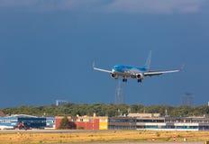 Воздушные судн TUIFlay приземляясь в грозу стоковая фотография