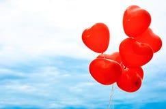 Воздушные шары в форме сердца для любовников стоковое фото rf