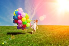 Воздушные шары для дня рождения на фоне неба и стоковая фотография rf