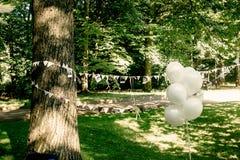 Воздушные шары и гирлянда фото пар и лент вися, handma Стоковое Изображение