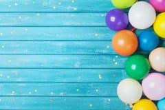 Воздушные шары и граница confetti прикрепленная карточка коробки дня рождения предпосылки много собственных возможностей партии к