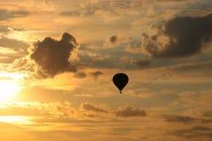 Воздушные шары летают в вечер стоковое фото rf