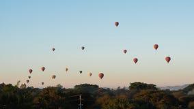 Воздушные шары летая над виском Dhammayangyi в Bagan Мьянме, раздувая над Bagan одно из самого памятного действия для туристов стоковые фото