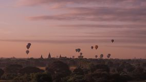 Воздушные шары летая над виском Dhammayangyi в Bagan Мьянме, раздувая над Bagan одно из самого памятного действия для туристов стоковое изображение