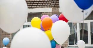 Воздушные шары на белой деревянной предпосылке Стоковая Фотография