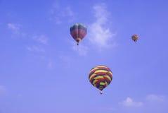 воздушные шары поднимая вверх Стоковое Изображение RF