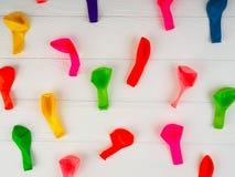Воздушные шары, покрашенные ленты, и tubules для коктейля, предпосылки, праздника, яркого стоковое фото