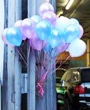 Воздушные шары привязанные в улице стоковые изображения