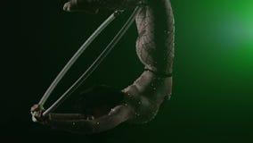 Воздушный акробат в кольце Маленькая девочка выполняет циркаческие элементы в надутом воздухом резиновом кольце на зеленой предпо акции видеоматериалы