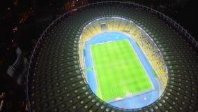 Воздушный вертикальный взгляд футбольного стадиона, спортивного соревнования, спички акции видеоматериалы