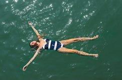 Воздушный верхней части взгляд вниз девушки в море стоковое изображение rf