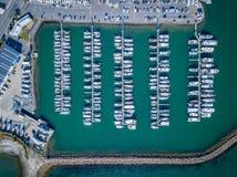 Воздушный верхней части взгляд вниз полных Марины, яхт, моторок и парусников Стоковые Фото