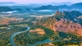 Воздушный взгляд восхода солнца долины горы сток-видео