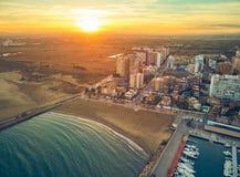 Воздушный взгляд захода солнца Марины Ла Pobla de Farnals, Валенсия, Испании Шлюпки причаленные в гавани на заходе солнца  стоковое фото