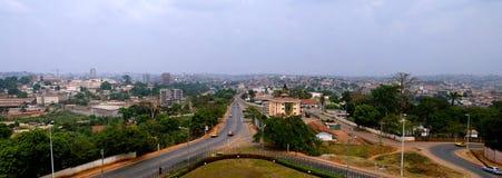 Воздушный взгляд к Yaounde, столица городского пейзажа Камеруна стоковые изображения
